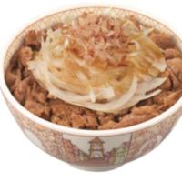 すき家、たっぷり玉ねぎがのった「シャキッと和風オニサラ牛丼」など健康メニューを新発売。