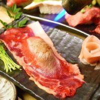 話題の肉寿司が1500円で食べ放題、シャリが見えないほど大判の牛ロースを堪能。