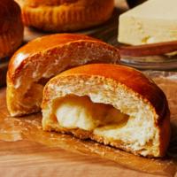 ローソン、ザクザク食感と塩味バターがジュワッと染み込んだ「塩バターメロンパン」を新発売。