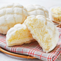 ローソンに真っ白いクッキー生地の「白いメロンパン」。ホワイトチョコチップがアクセントに。