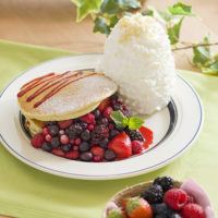 Eggs'n Things、5種のベリーを使った「クインタプルベリーパンケーキ」を期間限定で販売。